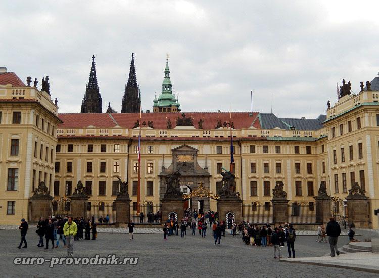 Градчанская площадь. Парадный вход в Пражский Град