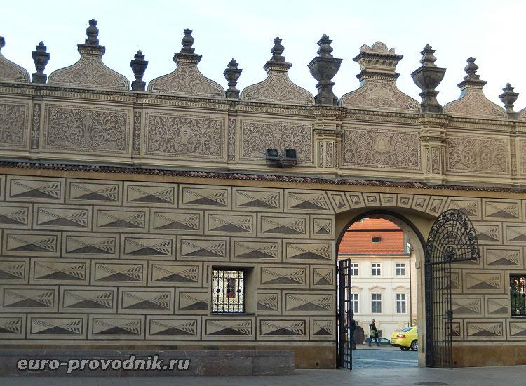 Во дворе Шварценбергского дворца