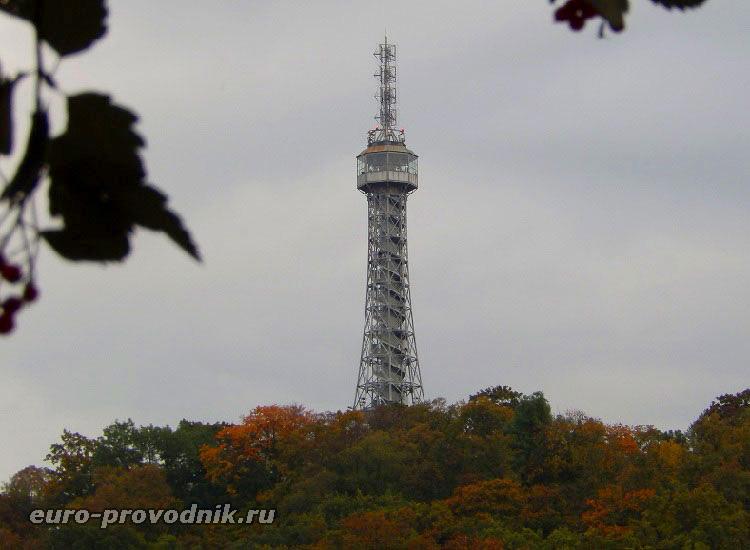 Петршинская башня в панораме Праги
