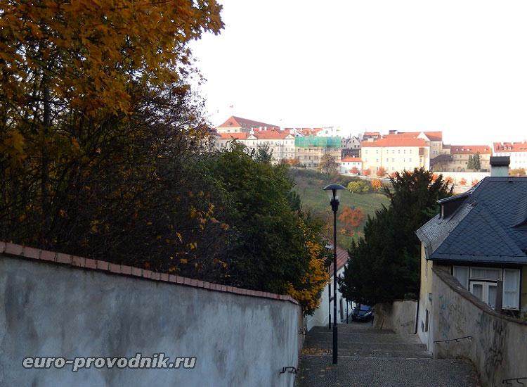 Подъем на холм Петршин со стороны Страговского монастыря