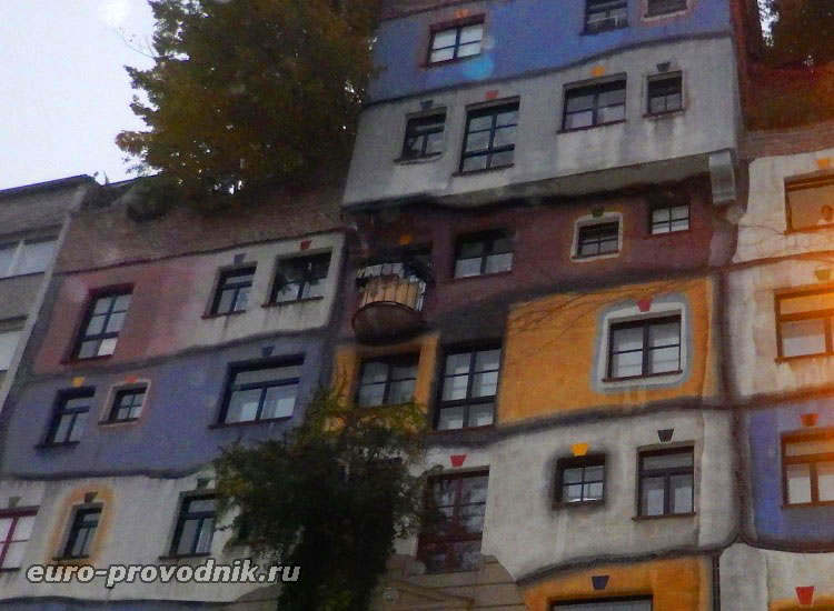 Разноцветный фасад дома Хундертвассера