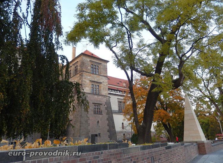 Стены старого королевского дворца со стороны парка