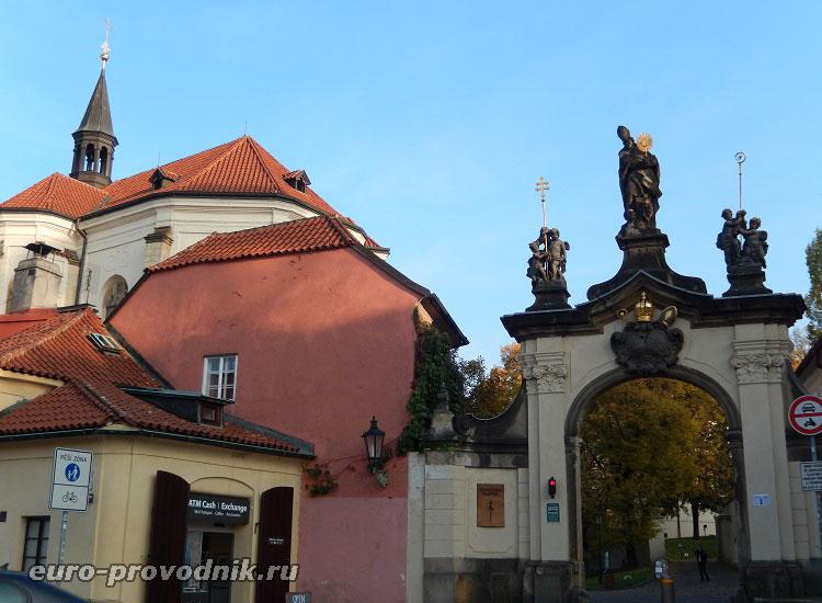 Вход в монастырь со стороны Погоржелец