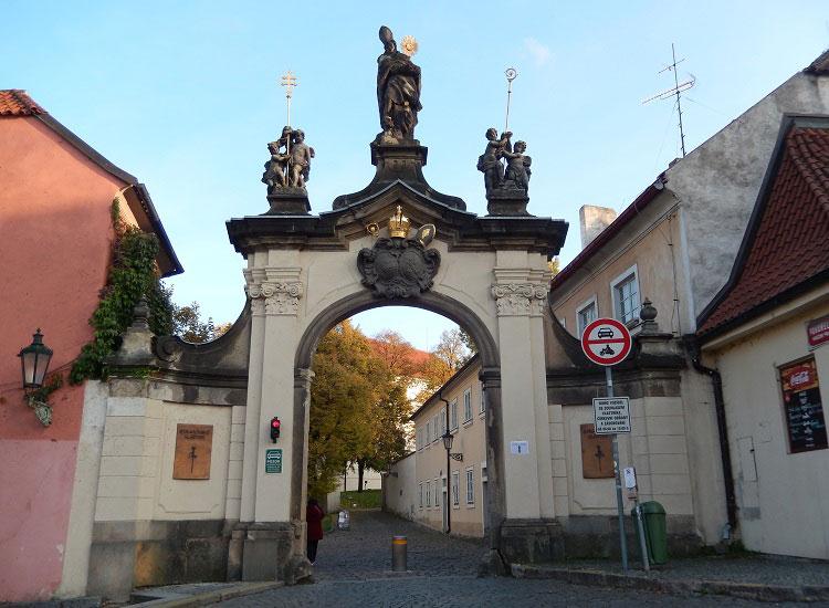 Вход на территорию Страговского монастыря