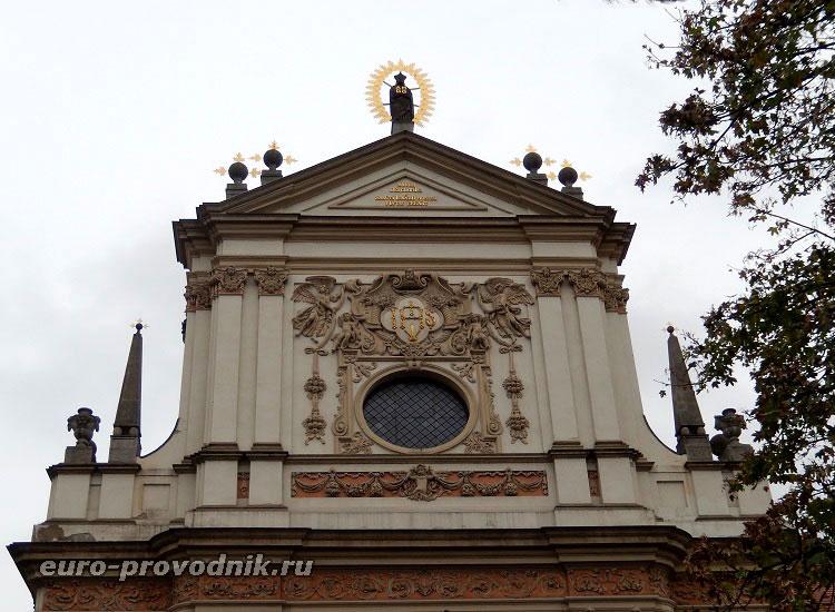 Орнаменты фасада костела Святого Игнатия