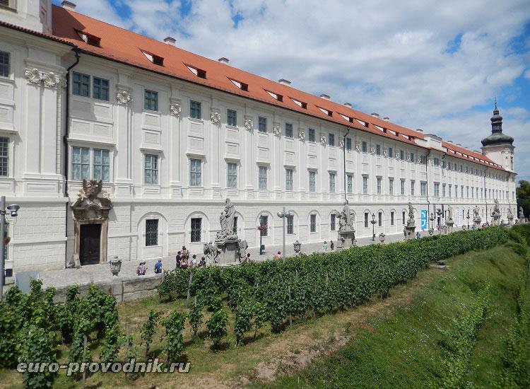 Вид на иезуитское общежитие и террасу