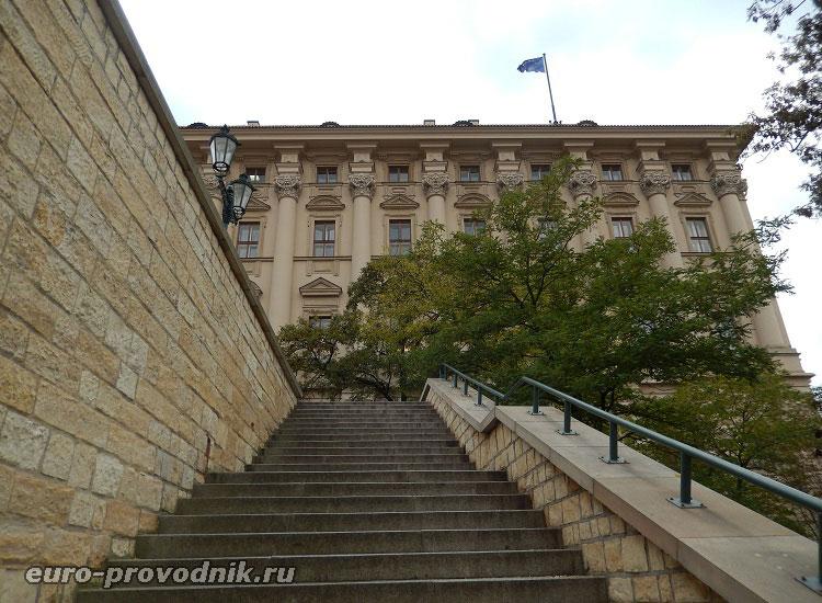К Чернинскому дворцу