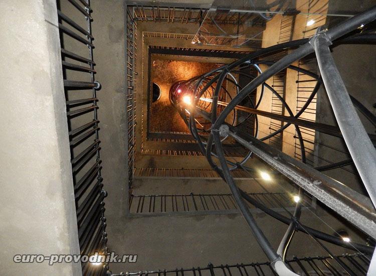Лифт и лестница в башне