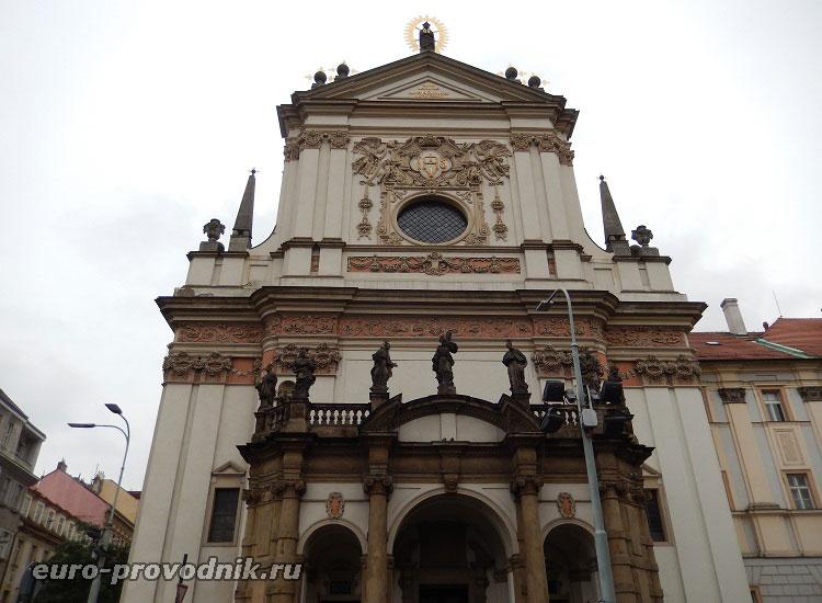 Фасад костела Св. Игнатия