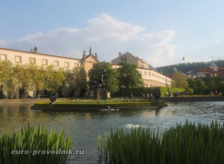 Пруд и фонтан в Вальдштейнском саду