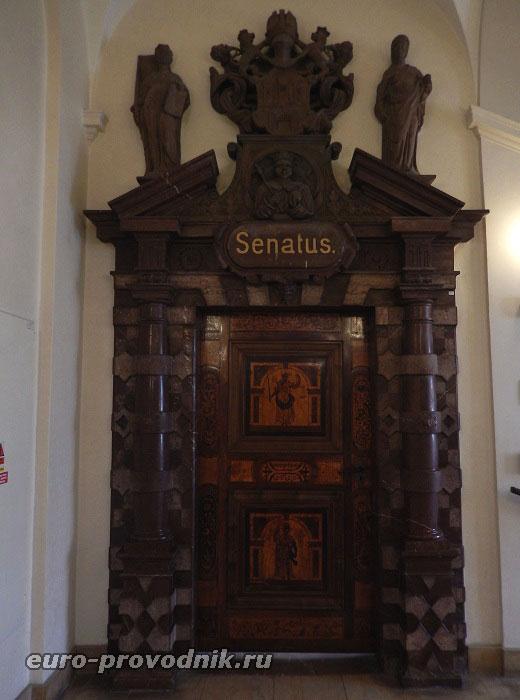 Двери, ведущие в зал ратуши
