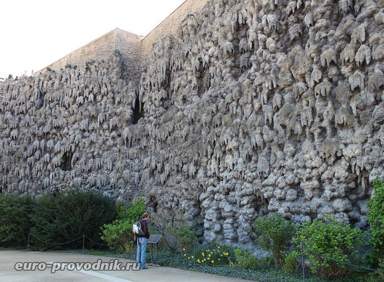 Стена искусственных сталактитов