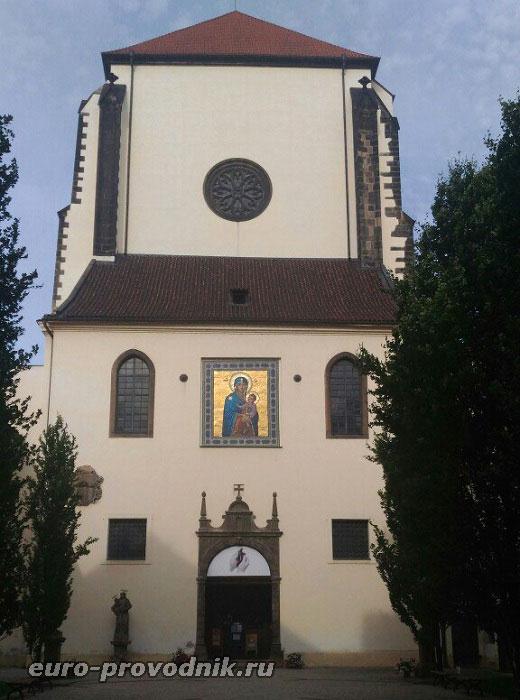 Вход в костел Девы Марии Снежной