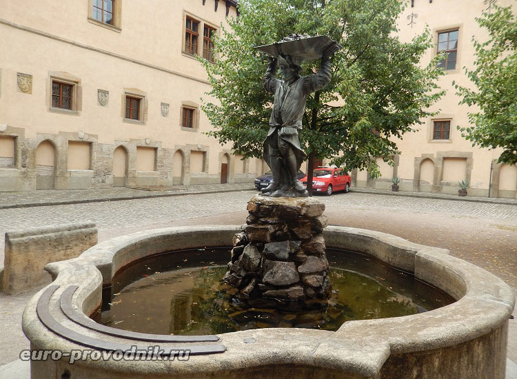 Фонтан в центре Влашского двора