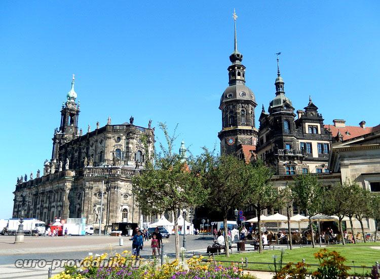 Вид на королевский дворец и придворную церковь