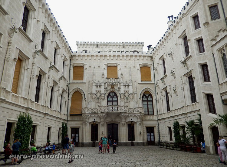 Второй двор замка