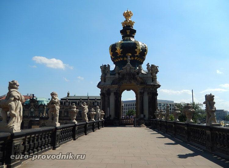 Верхняя галерея и вид на Коронные ворота