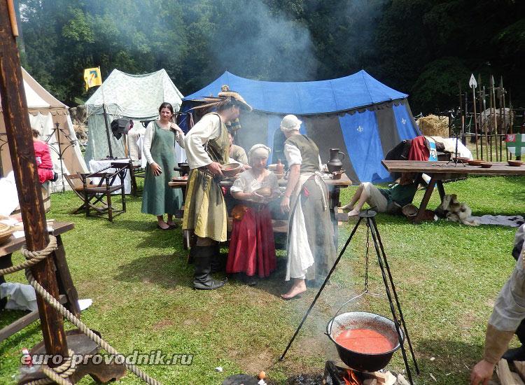 А тем временем, на средневековом подворье...