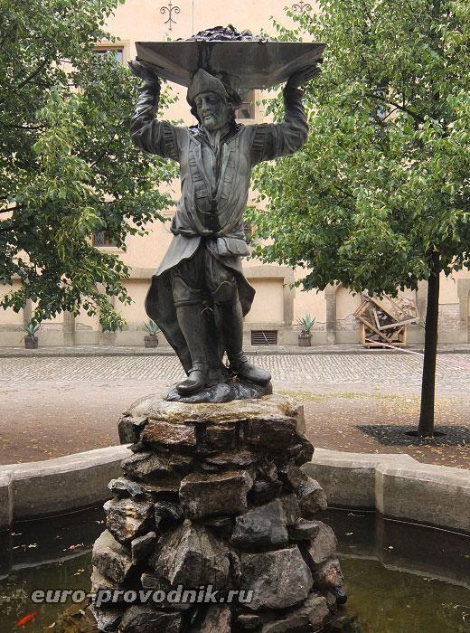 Скульптура в центре Влашского двора