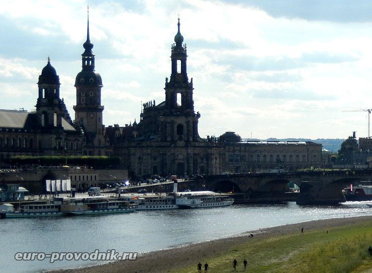 Дрезденский кафедральный собор в центре фотографии
