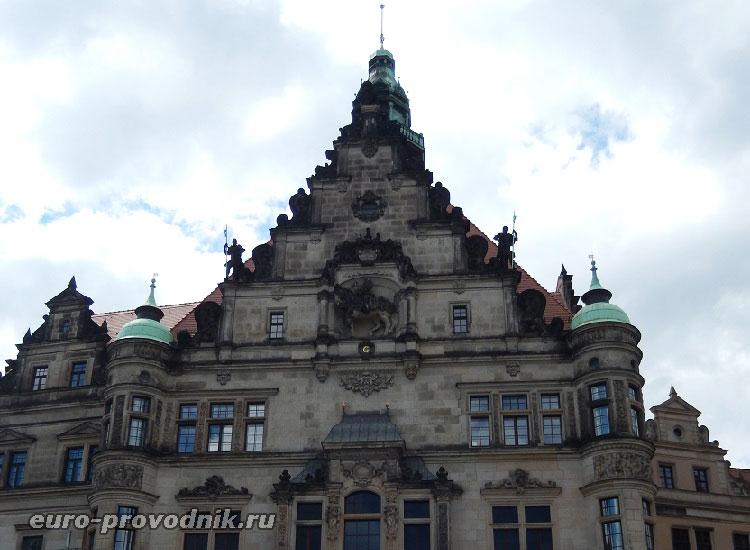 Скульптуры надвратного дворца