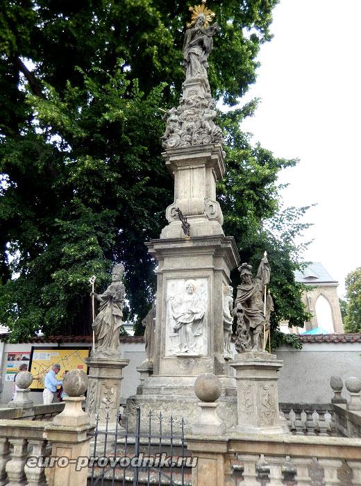 Скульптура у костела Всех Святых