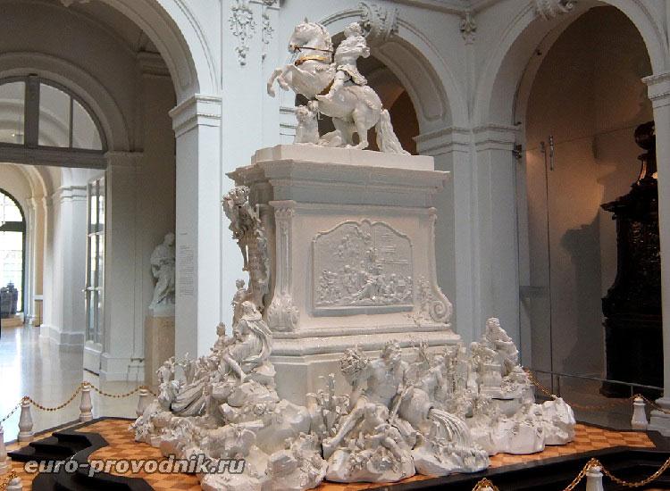 Фарфоровый монумент