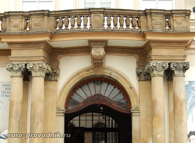 Вход во дворец Кинских