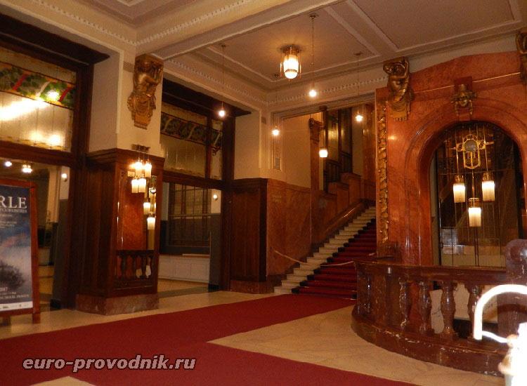 Вестибюль Общественного дома