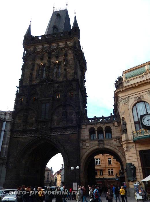 Пороховая башня - вид с площади Республики