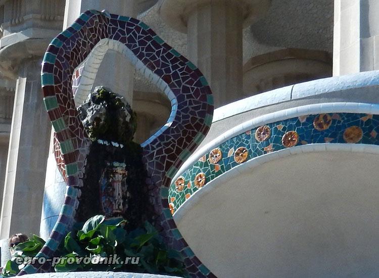 Фрагмент скульптуры в парке