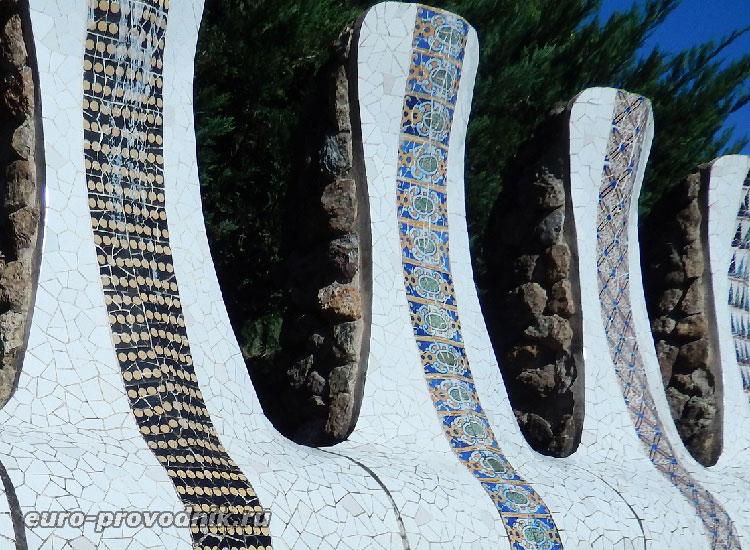 Зубчатая стена в парке