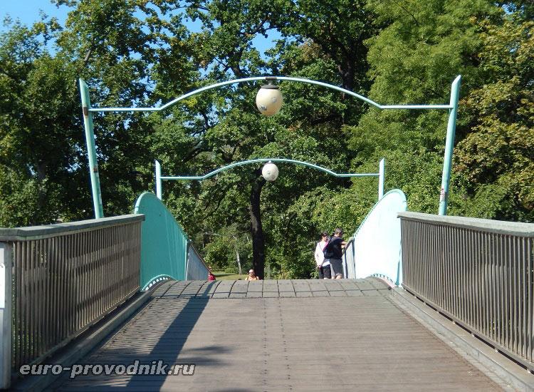 Мост, ведущий в Хотковы сады