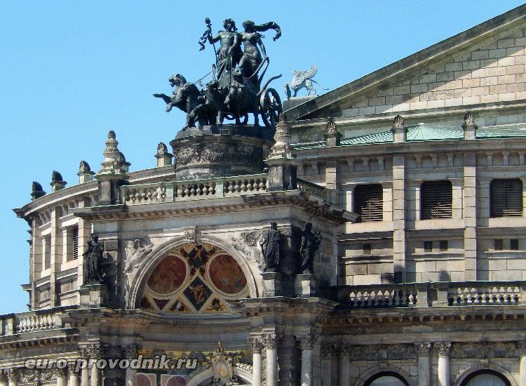 Фасад оперного театра