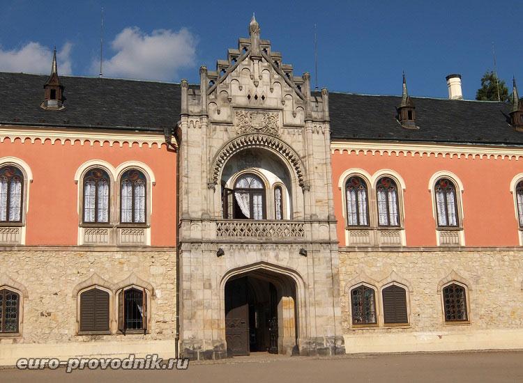 Главный фасад замка
