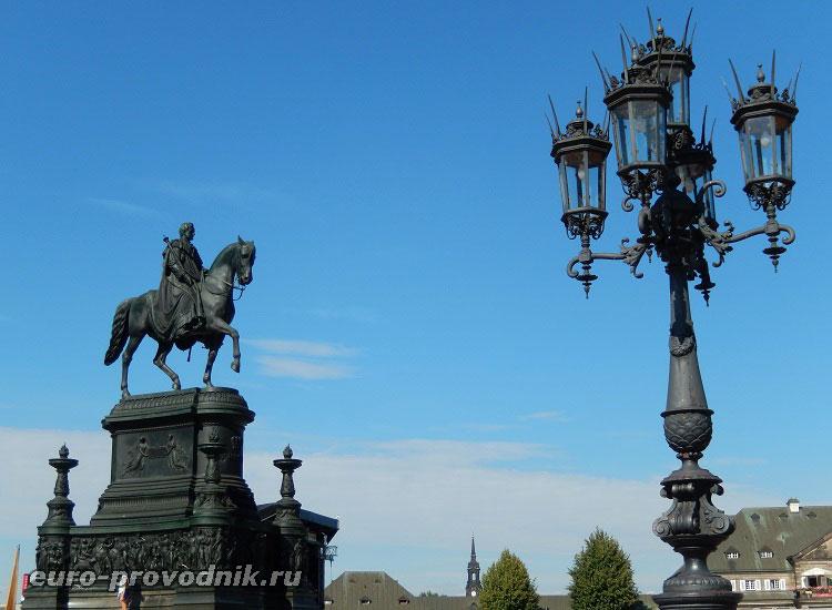 Конная статуя короля