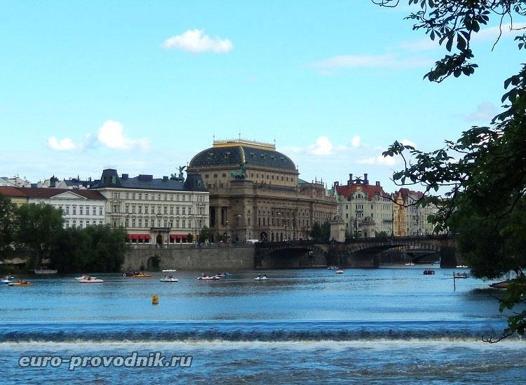 Национальный театр на набережной Праги