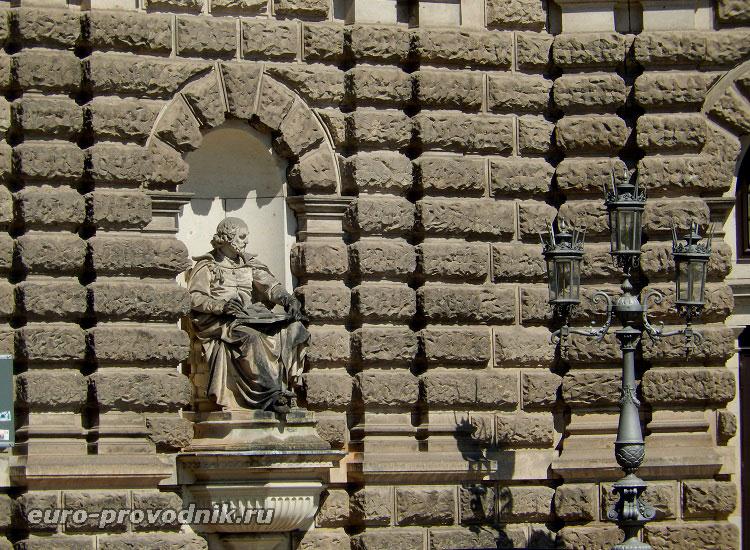 Статуя Шекспира на фасаде Земпер-оперы