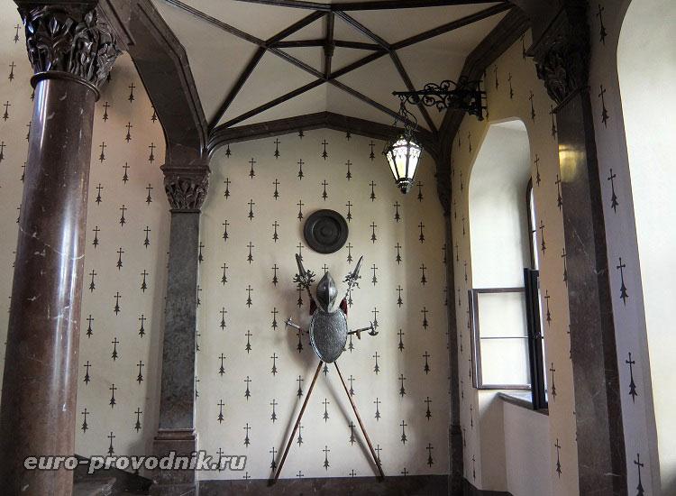 В вестибюле замка