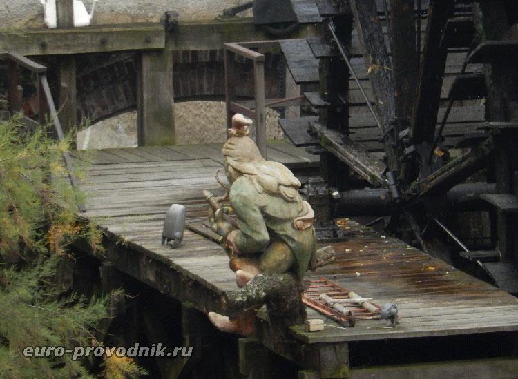 Скульптура Водяного на реке Чертовка