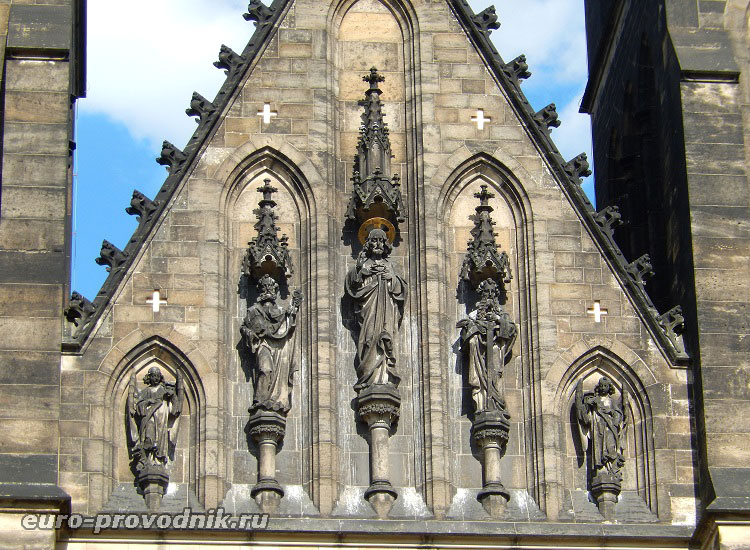 Скульптуры на фасаде собора