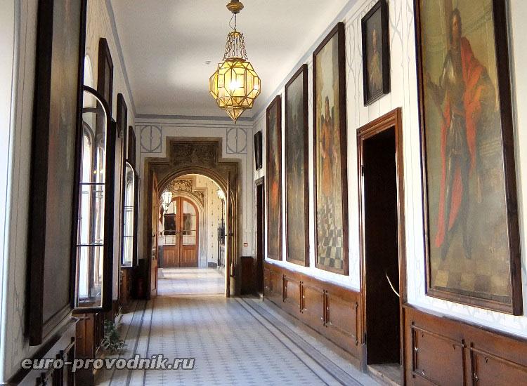 Портретная галерея в коридоре