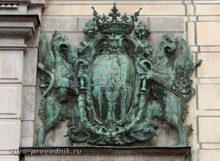 Герб баварских правителей на фасаде резиденции