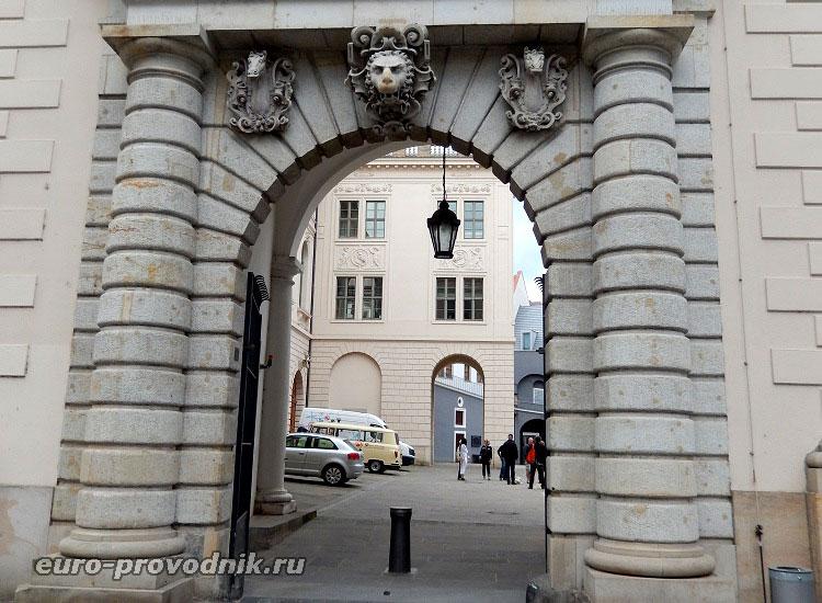 Портал Конюшенного двора