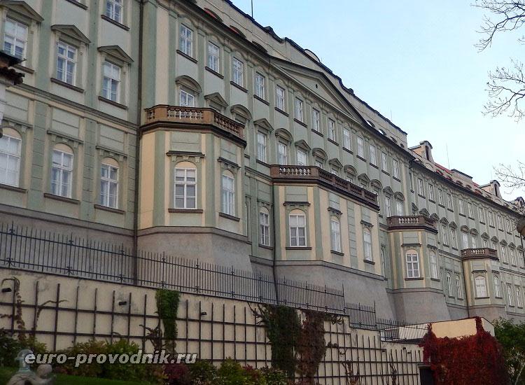 Дворцы Пражского Града со стороны южных садов
