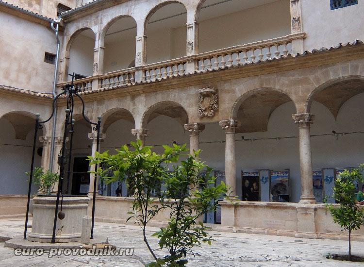 Клуатр собора Санта Мария