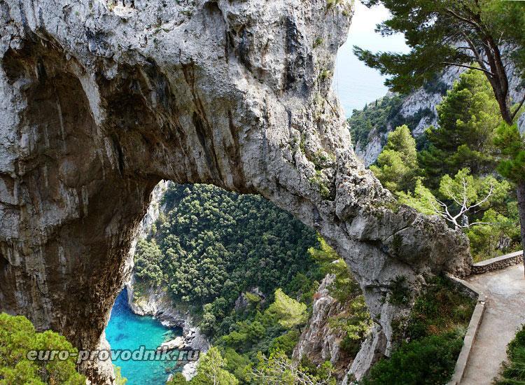 Каменная арка на острове Капри