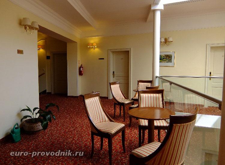 В холле отеля Астория