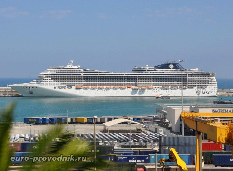Круизный лайнер в порту Барселоны