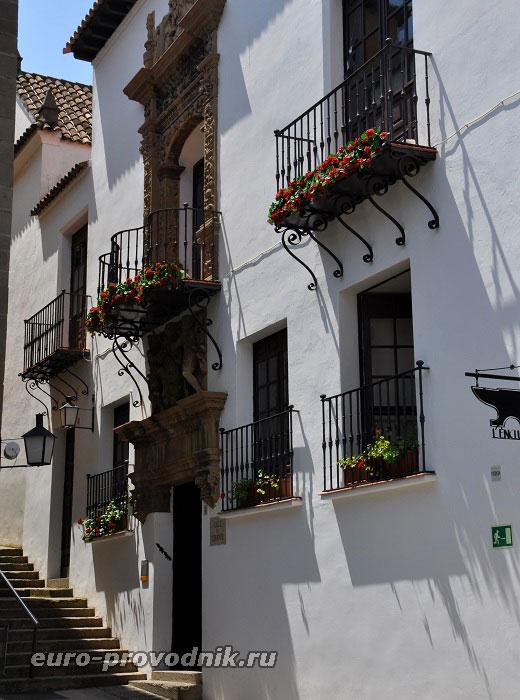 Кованые балконы белоснежных фасадов